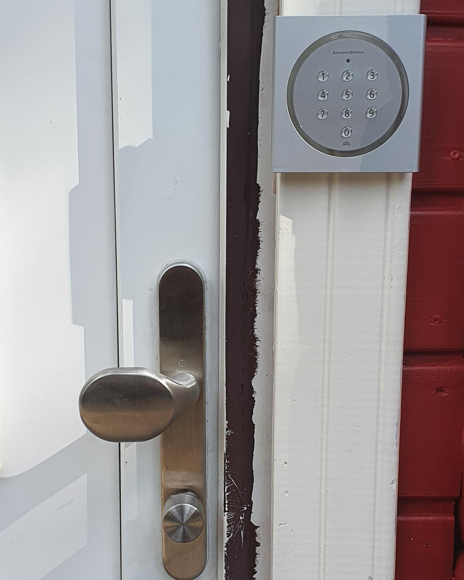 Entrance door with digital cylinder and number pad