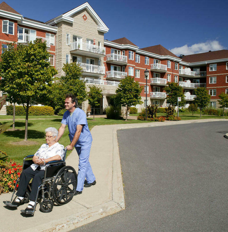 seniorenheim-senioreneinrichtungen-betreutes-wohnen-pfleger-797x810