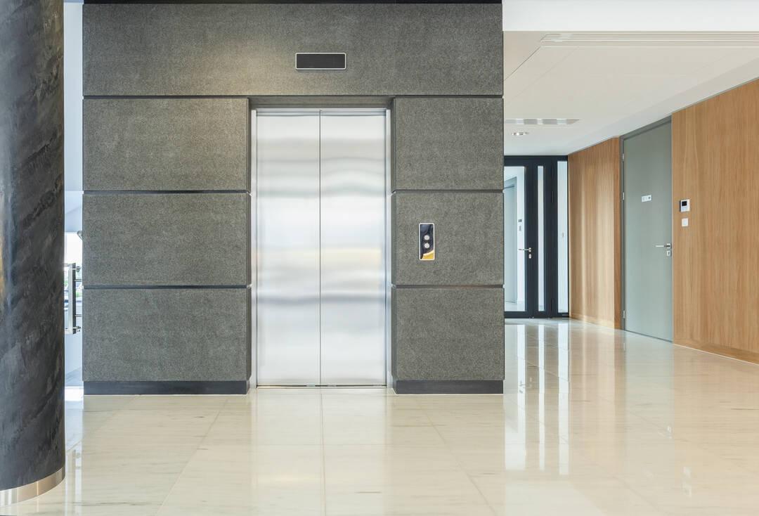 Stängd hissdörr på ett våningsplan