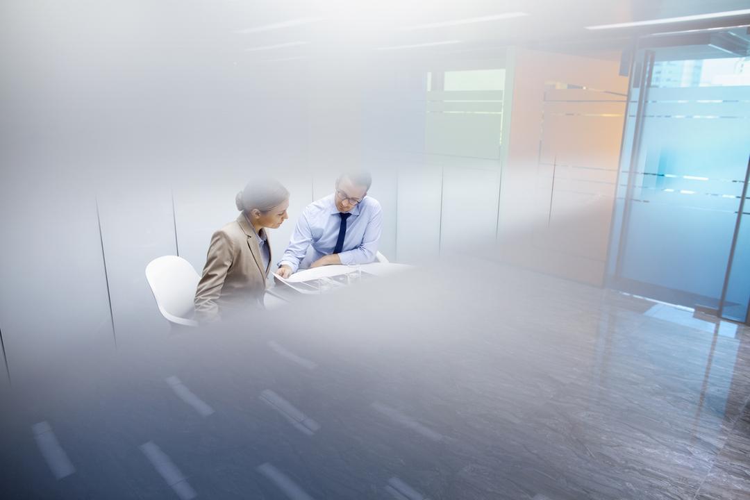 Mann und Frau sitzen in Besprechungsraum