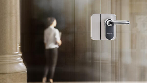 SmartHandle an einer Glastür